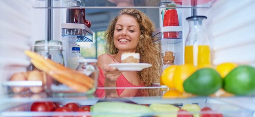 девушка и холодильник