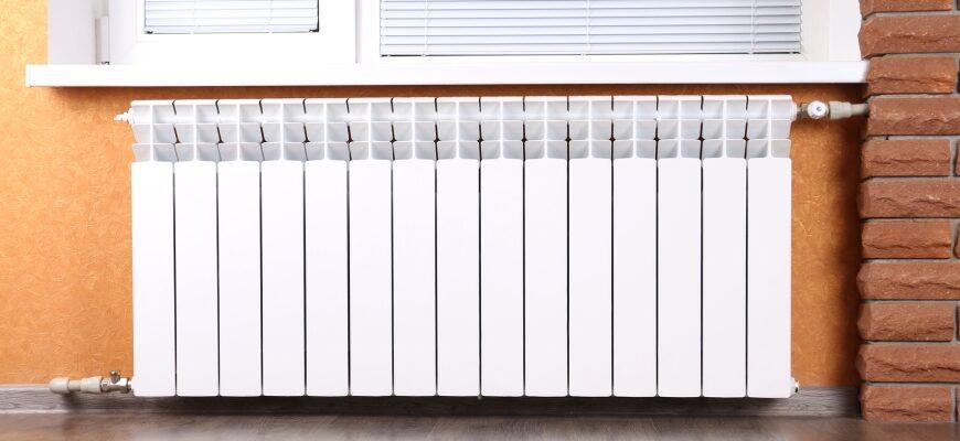 биметаллический радиатор под окном