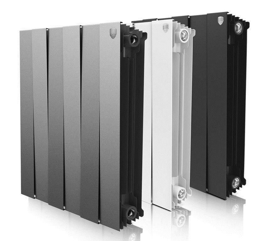 серый, белый и черный биметаллические радиатора стоят в ряд на белом фоне