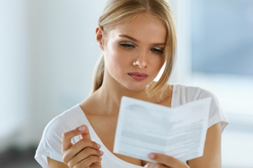 девушка читает инструкцию