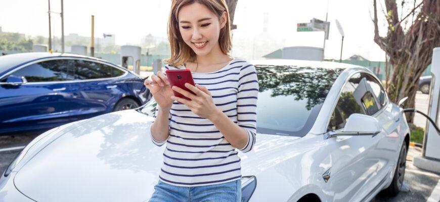 Девушка возле Китайского автомобиля